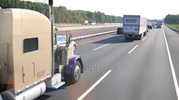 Nákladní vozidla na silnici v Usa