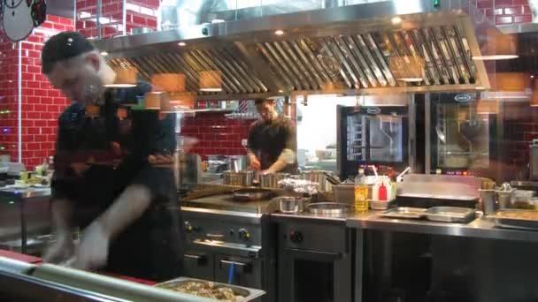 kuchaři pracují v kuchyni restaurace