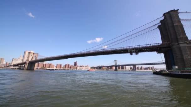 Pohled z lodi na Brooklynský most v New Yorku