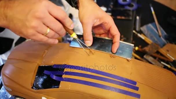 muž oprava model s kovovou desku