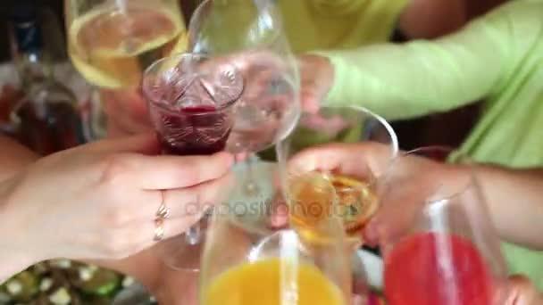 lidé řinčení pohárky nad stůl