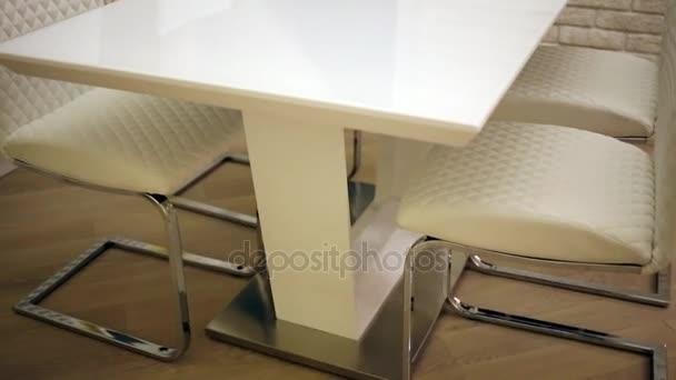 kuchyňský stůl a židle, kteří stojí kolem něj