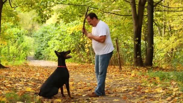 muž si hraje s jeho psem a laskání
