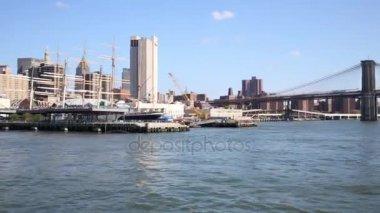 Lodě poblíž Brooklynský most v New Yorku