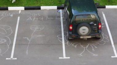 Különböző kréta rajzok a parkoló. Szöveg: Anya Losevskaya