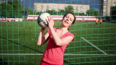 Moskva, Rusko - 2. dubna 2015: Žena stojí na fotbalovém stadionu na net a hodí míč