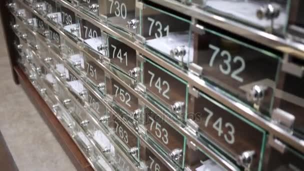 Mnoho transparentní poštovní schránky s čísly ve Velké obytné budovy