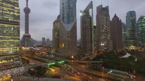 Šanghaj - listopad 06, 2015: Panorama města s mrakodrapy a Oriental Pearl televizní věž s osvětlení na večer. Letecký pohled