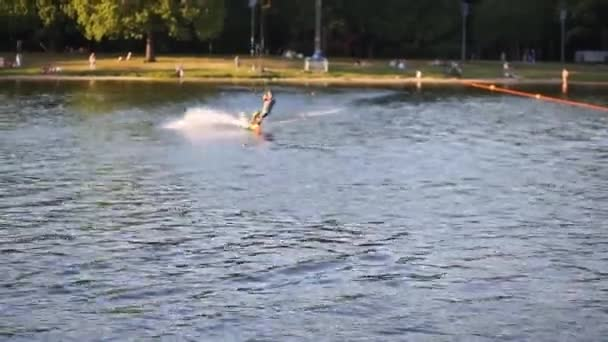 Sportovec, skákání na laně wakeboard a přehodit na druhou stranu