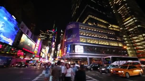 New York City, Usa - 22. August 2014: Auto- und Fußgängerverkehr in den Abendstunden an Kreuzung 8 Avenue und 42nd street.