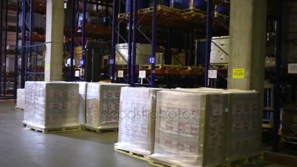 A raklapok az áruk raktárban nagy belmagasságú tároló állványok.