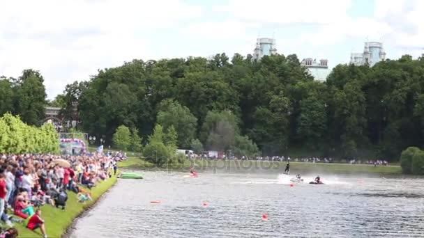 Atv sportovců a flyboard jednat v parku na jezeře před publikem