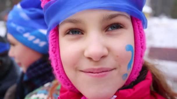 Hezká holka s Malování obličeje a modrá čelenka úsměvy