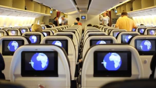 Paříž, Francie - 20. srpna 2014: Cestující si svá místa v kabině letadla v letiště Charles De Gaulle.