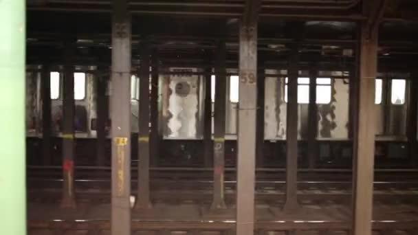 NYC, Usa - 21. srpna 2014: Opuštění vlaku a lidé na Nyc metro stanice Columbus Circle čekání na vlak