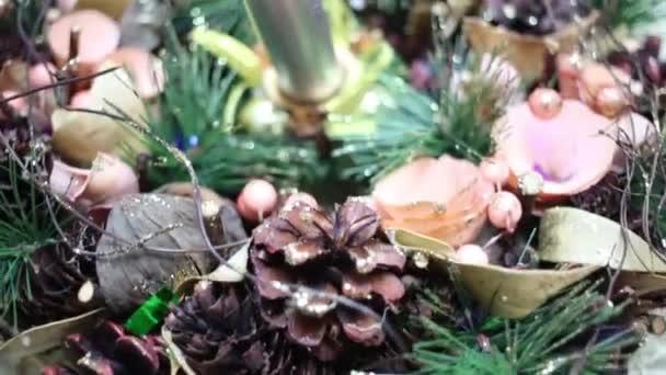 Krásná vánoční dekorace svíčka, kužely a borové větve