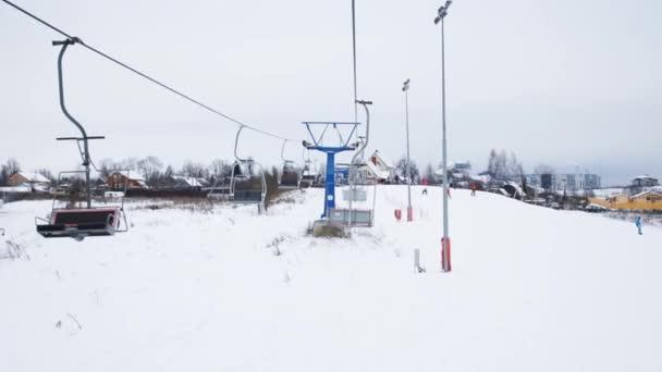 Lanová dráha a lyžaři na sjezdové lyžařské středisko v zimě