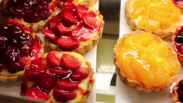 Krásné lahodné koláče s ovocem a šlehačkou