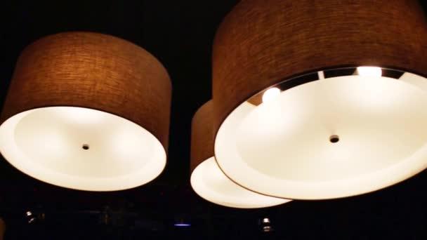 Varias Lámparas Encendida Cuarto Oscuro Del Restaurante Colgado ...
