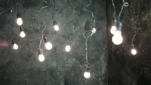 Cuarto Oscuro Con Lámparas Colgando Del Techo Balanceo — Vídeos de ...