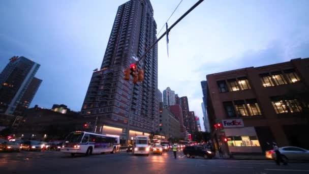 NYC, Usa - 22. srpna 2014: Automobilové dopravy v večer na křižovatce.