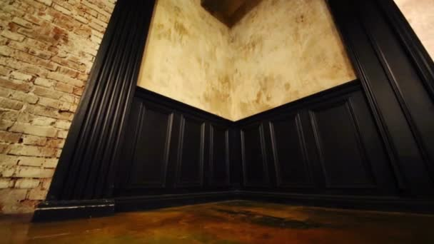 Hoek met zwarte houten decoratie lege studio u stockvideo paha l