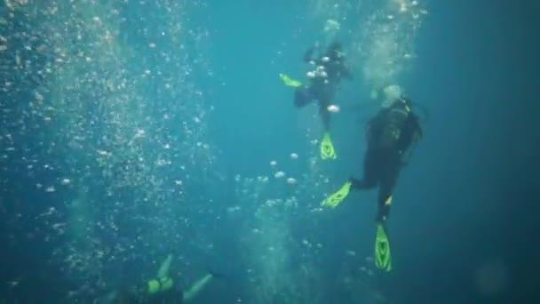 Taucher tauchen in Pool mit vielen Blasen in tiefem Becken