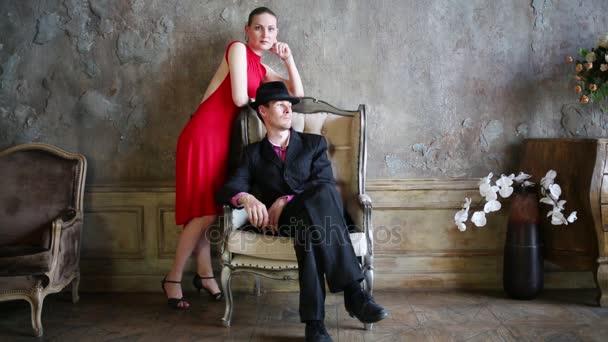 Mädchen Roten Kleid Und Mann Der Nähe Von Sessel Stellen ...