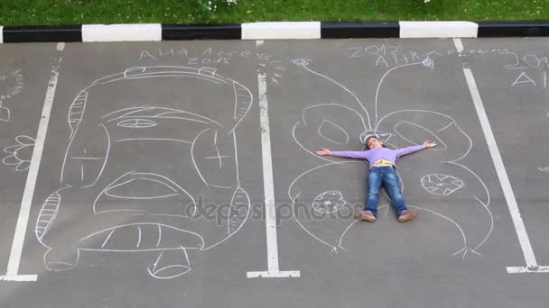 Kréta közelében rajzolta, nagy pillangó lány fekszik felhívni autó aszfalt