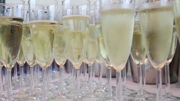 Mnoho sklenice s champagne na stůl v akci