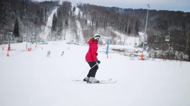 Žena se na svahu v zimě na kopci