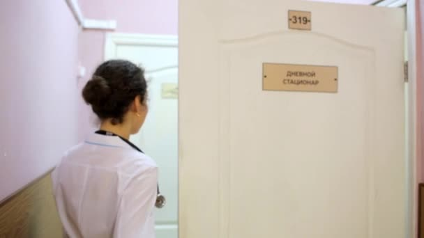Femme Docteur Blouse Blanche Vient Chambre Ferme Porte Avec Tablette ...