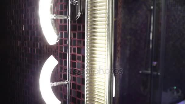 Primo piano specchio con lampade bagno moderno u video stock