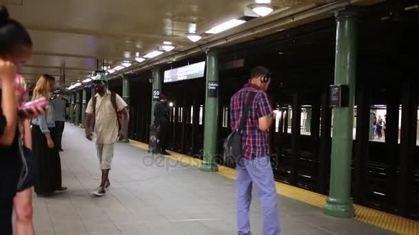 NYC, Usa - 21. srpna 2014: Lidé v Nyc metro stanice Columbus Circle čekání na vlak