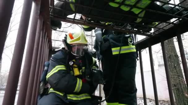Moskva - 17. prosince 2014: Školení hasičů během exkurze v severní východní správní okres (Ruská nouzovou situací ministerstvo)