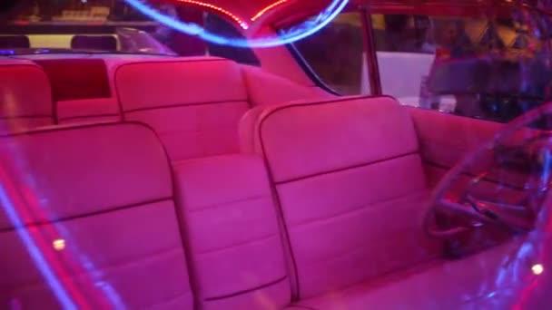 Interiér starého růžové auto s osvětlení v retro restauraci