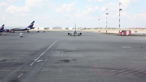 Moscovo Rússia Agosto 2014 Movimento Aviões Por Maneiras Táxi Aeroporto —  Vídeo de Stock c0f1e3154008c
