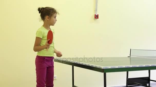 Bratr a sestra hrát proti sobě ve stolním tenise