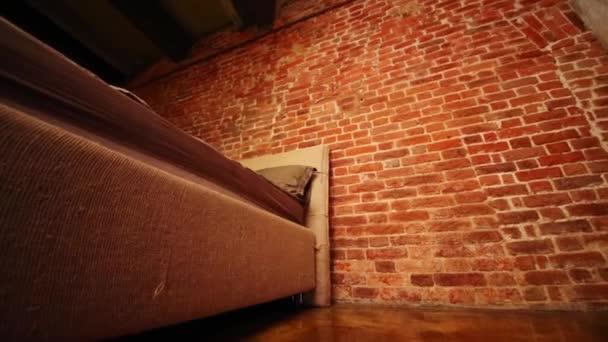 Pavimento Rosso Lucido : Studio vuoto con letto muro mattoni rosso lucido pavimento u video