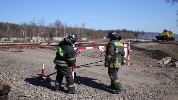 Hasiči odebrat zámek na Mýto přístup pro oheň. Text na zadní: hasiči, Ruské ministerstvo Emergency