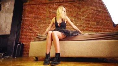 93b4ae2b8acd59 Mooie Blonde Vrouw Zwarte Jurk Zit Bed Studio — Stockvideo