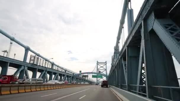 Philadelphia, Usa - 04 září 2014: Aut pohybuje Benjamin Franklin mostu. Bridge je visutý most přes řeku Delaware, Philadelphia, Pensylvánie a Camden, New Jersey