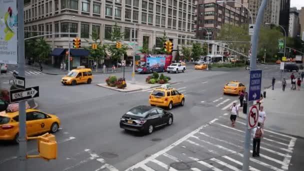 NYC, Usa - 22. srpna 2014: Denní auta provoz na křižovatce ulice 65 a Broadway.