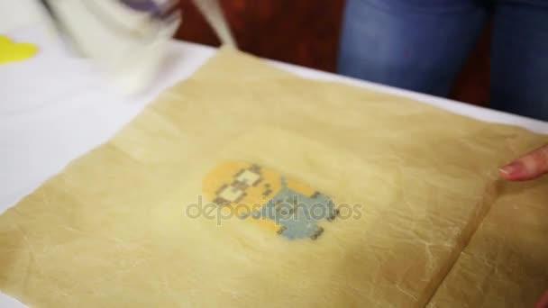 Lechischevo, Rusko - 20 Úno 2015: Ženské ruce make oblíbenec báchorka mozaiky - je obrázek z Despicable Me 2 animovaný 3d film produkoval Illumination Entertainment pro Universal Pictures