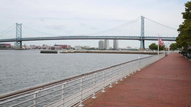 Camden, Usa - 04 září 2014: Benjamin Franklin most a nábřeží řeky Delaware. Bridge je visutý most přes řeku Delaware, spojující Philadelphia a Camden