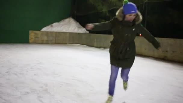 Hezká holka teen půvabné Bruslení na kluzišti v zimní noci