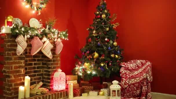 Díszített karácsonyfa, ajándékok és kandallóval, zokni