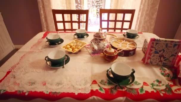 Slouží tabulka s poháry, sušenky a okno s osvětlením