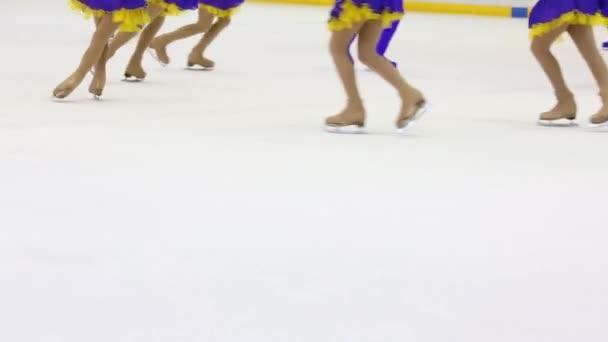 Nohy dívek a chlapců tým Bruslení na kluzišti během soutěže