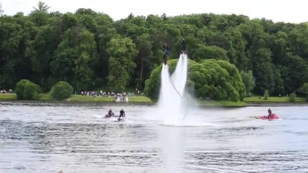 Flyboard sportovců a jejich doprovodu na jet lyže na jezeře v parku